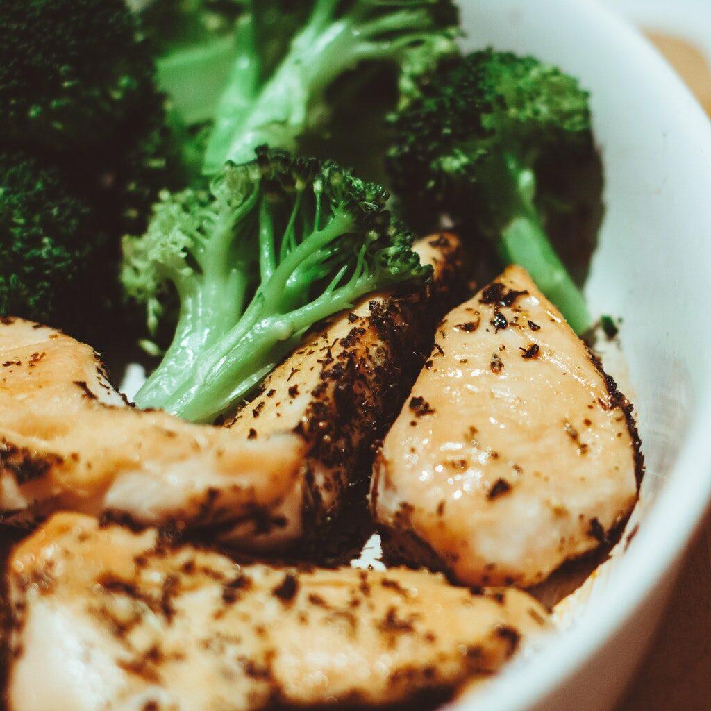 broccoli-chicken-close-up-cooking-262973.jpg