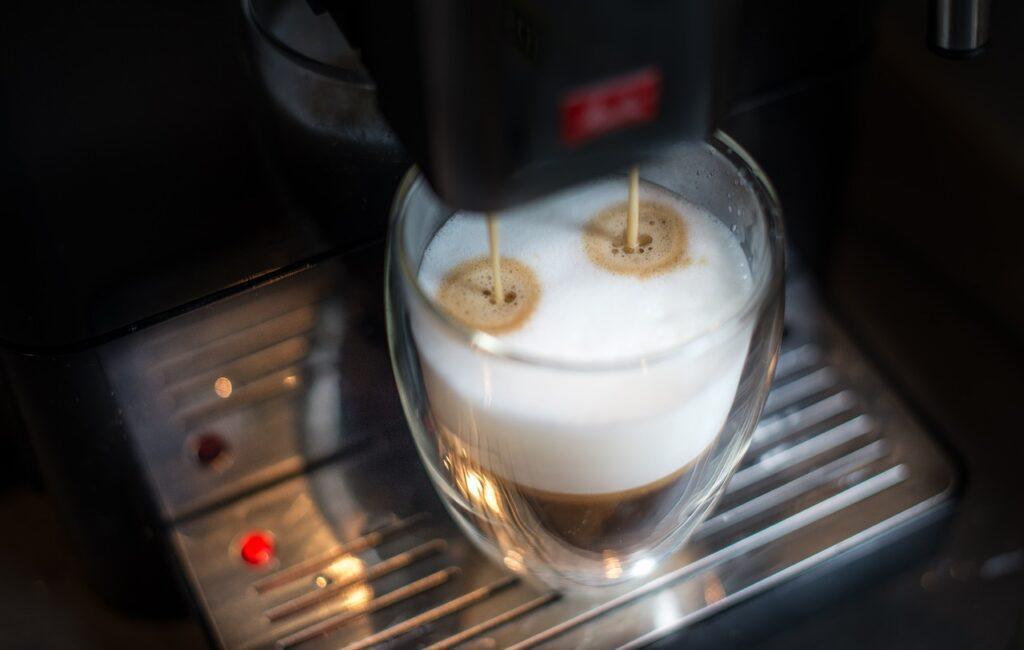 ako pripraviť kávu s mliekom
