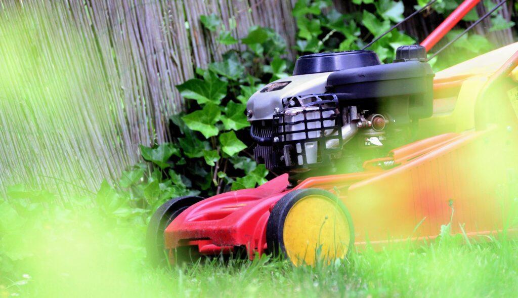 ako vybrať záhradnú kosačku