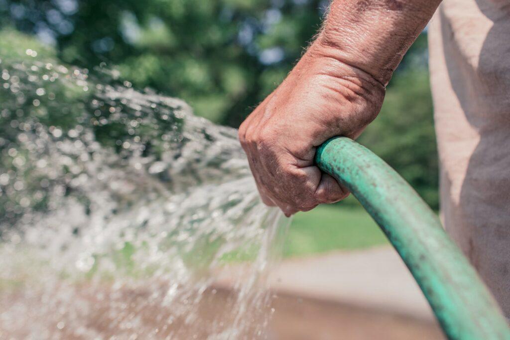 ako zalievať trávnik