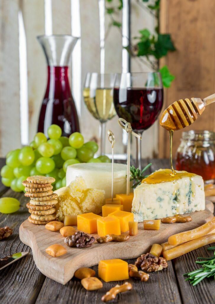 víno, orechy, syr